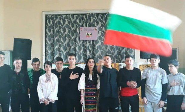 """Ученици от ОУ """"Елин Пелин"""" правят днес премиера на """"Хъшове"""" в урок по родолюбие"""